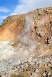 aguas termales en la cuesta en el área de Krysuvik, Islandia de la colina Imágenes de archivo libres de regalías