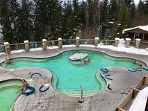 AGUAS TERMALES FELICES, COLOMBIA BRITÁNICO CANADÁ - 26 DE DICIEMBRE DE 2016: Gente que se relaja 37 grados de piscina mineral cen Fotografía de archivo libre de regalías