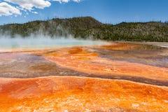 Aguas termales prismáticas magníficas con el levantamiento del vapor Imagen de archivo libre de regalías
