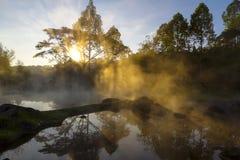 Aguas termales y niebla hermosas con salida del sol fotos de archivo libres de regalías