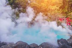 aguas termales y x28; Hell& x29; agua azul en Umi-Zigoku en Beppu Oita, Japón Foto de archivo
