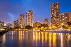 Aguas tranquilas de la playa de Waikiki en la noche Foto de archivo