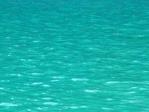 Aguas tranquilas en colores de la turquesa Fondo y textur hermosos Fotos de archivo