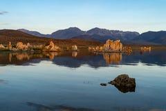 Aguas tranquilas en el mono lago California a lo largo de los E.E.U.U. 395 durante salida del sol imagen de archivo libre de regalías
