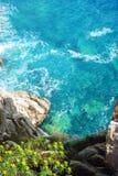 Aguas transparentes brillantes del mar adriático y de la costa rocosa fotografía de archivo