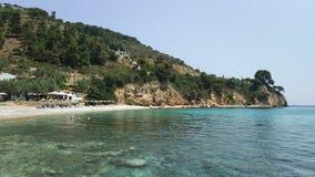 Aguas y guijarros verdes en la playa, islas de Grecia foto de archivo libre de regalías