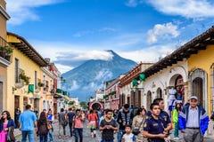 Aguavulkan & turister, Antigua, Guatemala Arkivfoton