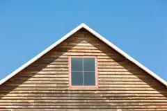 Aguilón de una casa de madera fotos de archivo