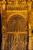 Aguilón detallado y ventana color de rosa de la catedral Fotografía de archivo
