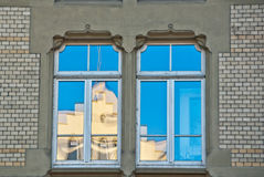 Aguilón reflejado en ventanas   imagen de archivo libre de regalías
