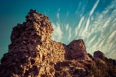 Aguilar de Campoo υπεράσπιση και σπάνια σύννεφα στον ουρανό Καταστράφηκε στοκ εικόνα