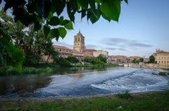 Aguilar de Campoo från floden Pisuerga Palencia royaltyfri fotografi