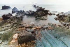 Aguilar strand av Cudillero, Asturias, Spanien arkivfoton