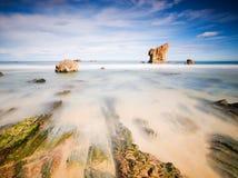 Aguilar strand i Asturias, Spanien med en lång exponering. Arkivfoto