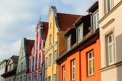 Aguilones de casas históricas en Stralsund, Alemania foto de archivo