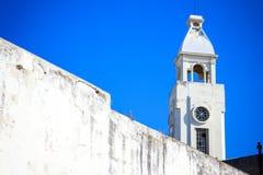 Aguja blanca de la iglesia en Montevideo, Uruguay Foto de archivo libre de regalías