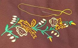 Aguja con el hilo amarillo del bordado foto de archivo