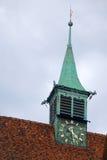 Aguja con el tejado de bronce imagen de archivo
