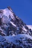 Aguja de Aiguille du Midi en el crepúsculo Cordillera de Mont Blanc, Chamonix, Haute Savoie, Francia imagenes de archivo