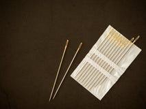 Aguja de costura en un fondo negro foto de archivo