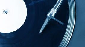 Aguja de la aguja de DJ en expediente de giro imagen de archivo libre de regalías