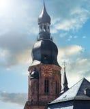 Aguja de la iglesia con el cielo celeste Imagen de archivo libre de regalías
