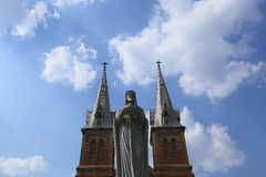 Aguja de la iglesia con la cruz Fotos de archivo