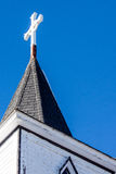 Aguja de la iglesia con la cruz Fotografía de archivo