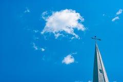 Aguja de la iglesia contra un cielo azul Fotografía de archivo libre de regalías