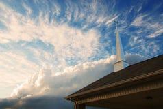 Aguja de la iglesia contra un cielo nublado Foto de archivo libre de regalías