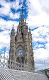Aguja de la iglesia de la basílica en Quito, Ecuador Imagen de archivo libre de regalías