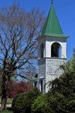 Aguja de la iglesia de la pequeña ciudad Fotografía de archivo libre de regalías