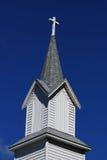 Aguja de la iglesia del país Fotos de archivo libres de regalías