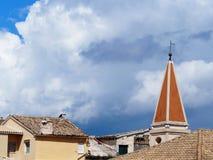 Aguja de la iglesia en la isla de Corfú, Grecia Fotos de archivo