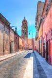 Aguja de la iglesia en la vieja sección de San céntrico Luis Potosi, Mexic imágenes de archivo libres de regalías