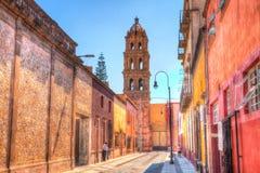 Aguja de la iglesia en la vieja sección de San céntrico Luis Potosi, Mexic foto de archivo