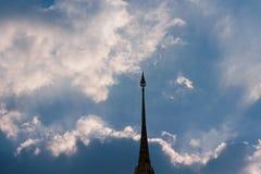 Aguja de la pagoda y del cielo con las nubes Imagen de archivo libre de regalías