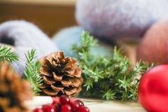 Aguja de la tarjeta de Navidad, un gancho de ganchillo e hilo mullido con decoraciones de la Navidad y una vela imágenes de archivo libres de regalías