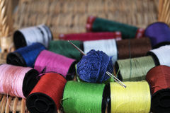 Aguja de las madejas e hilos coloreados Fotografía de archivo