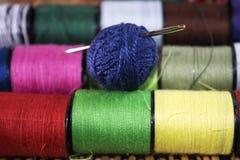 Aguja de las madejas e hilos coloreados Fotos de archivo