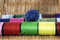 Aguja de las madejas e hilos coloreados Fotos de archivo libres de regalías