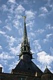 Aguja de Miguel del sain de Mont con la estatua del St. Miguel Foto de archivo