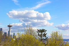 Aguja del espacio de Seattle debajo de las nubes en una tarde de la primavera Fotos de archivo