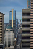 Aguja del espacio que mira a escondidas entre los rascacielos de la ciudad Foto de archivo libre de regalías