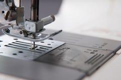 Aguja en la máquina de coser imagen de archivo
