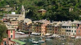 Aguja pintoresca de la iglesia del pueblo de Portofino en la ciudad colorida italiana - Génova - Italia metrajes