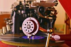 Aguja vieja del gramófono del tocadiscos en expediente Máquina de escribir del vintage en fondo foto de archivo