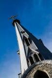 Aguja y cielo de la iglesia Fotografía de archivo libre de regalías