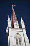 Aguja y cruz de la iglesia Foto de archivo