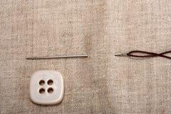 Aguja y cuerda de rosca del botón Fotos de archivo